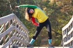 Muchacha hermosa que hace estirando ejercicio Foto de archivo libre de regalías