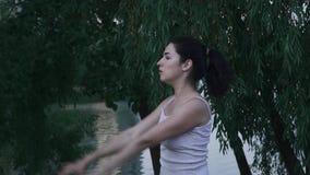 Muchacha hermosa que hace los ejercicios para las manos metrajes
