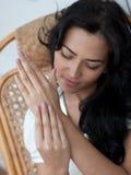 Muchacha hermosa que hace un masaje de la mano en el país fotografía de archivo