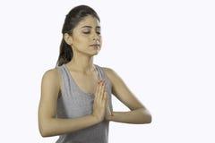 Muchacha hermosa que hace yoga en paz Foto de archivo