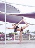 Muchacha hermosa que hace yoga/pilates en la playa Foto de archivo