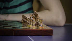 Muchacha hermosa que juega a ajedrez Fotografía de archivo