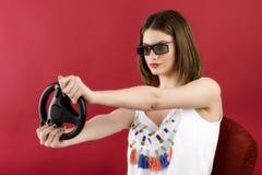 Muchacha hermosa que juega al videojuego 3D Imagen de archivo libre de regalías