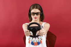Muchacha hermosa que juega al videojuego 3D Imagenes de archivo
