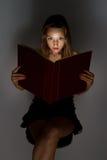 Muchacha hermosa que lee un libro. Imágenes de archivo libres de regalías