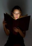 Muchacha hermosa que lee un libro. Imagen de archivo libre de regalías