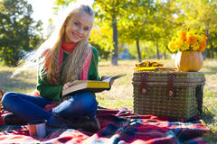 Muchacha hermosa que lee un libro Fotos de archivo libres de regalías