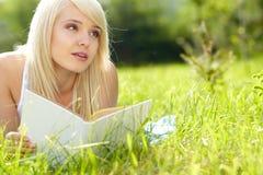 Muchacha hermosa que lee un libro al aire libre imágenes de archivo libres de regalías