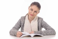 Muchacha hermosa que lee un libro en el fondo blanco Fotografía de archivo libre de regalías