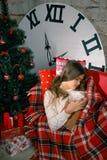 Muchacha hermosa que lee un libro que miente en el sofá Imagenes de archivo