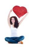 Muchacha hermosa que lleva a cabo el corazón de papel rojo Fotografía de archivo libre de regalías