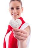 Muchacha hermosa que lleva a cabo el corazón del caramelo Foto de archivo libre de regalías