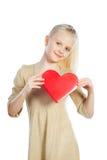 Muchacha hermosa que lleva a cabo el corazón en brazos Fotografía de archivo