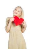 Muchacha hermosa que lleva a cabo el corazón en brazos Imágenes de archivo libres de regalías