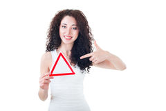 Muchacha hermosa que lleva a cabo la muestra triangular Fotografía de archivo