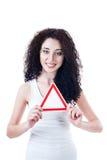 Muchacha hermosa que lleva a cabo la muestra triangular Fotografía de archivo libre de regalías