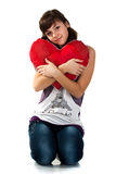 Muchacha hermosa que lleva a cabo un corazón rojo Fotos de archivo