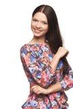 Muchacha hermosa que lleva la camisa floral que se coloca juguetónamente Imagenes de archivo