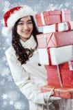 Muchacha hermosa que lleva muchos presentes Foto de archivo libre de regalías