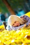 Muchacha hermosa que miente en la hierba Imágenes de archivo libres de regalías