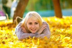 Muchacha hermosa que miente en la hierba Foto de archivo
