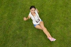 Muchacha hermosa que miente en la hierba Foto de archivo libre de regalías