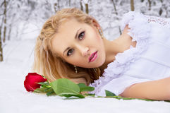 Muchacha hermosa que miente en nieve Foto de archivo