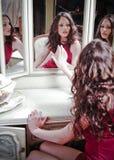 Muchacha hermosa que mira en el espejo Fotos de archivo