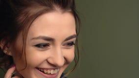 Muchacha hermosa que mira a la c?mara Gira la cabeza Ojos de Brown, labios sensuales, piel perfecta almacen de video