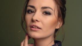 Muchacha hermosa que mira a la c?mara Gira la cabeza Ojos de Brown, labios sensuales, piel perfecta metrajes