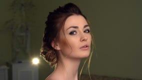 Muchacha hermosa que mira a la c?mara Ojos de Brown, labios sensuales, piel perfecta almacen de metraje de vídeo