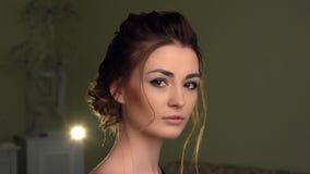 Muchacha hermosa que mira a la c?mara Ojos de Brown, labios sensuales, piel perfecta metrajes