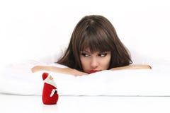 Muchacha hermosa que mira la Navidad que espera de Papá Noel para Foto de archivo
