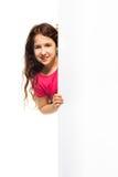 Muchacha hermosa que oculta detrás del cartel blanco Imágenes de archivo libres de regalías