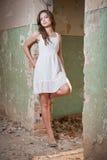 Muchacha hermosa que plantea la moda cerca de una pared vieja imagen de archivo