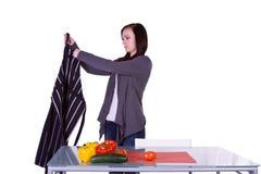 Muchacha hermosa que prepara el alimento Foto de archivo libre de regalías