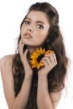 Muchacha hermosa que presenta con un girasol imágenes de archivo libres de regalías
