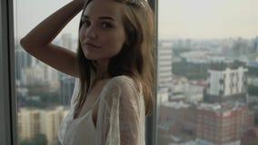 Muchacha hermosa que presenta en el apartamento metrajes