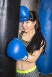 Muchacha hermosa que presenta en guantes de boxeo Imagen de archivo