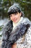 Muchacha hermosa que presenta en invierno Fotos de archivo libres de regalías