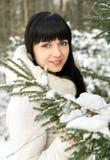 Muchacha hermosa que presenta en invierno Imagen de archivo libre de regalías