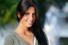 Muchacha hermosa que presenta en la cámara en el parque Imagen de archivo