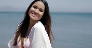 Muchacha hermosa que presenta en la playa almacen de video