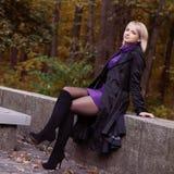 Muchacha hermosa que presenta en parque del otoño Fotografía de archivo libre de regalías