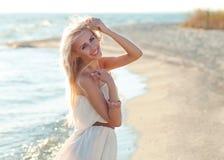 Muchacha hermosa que recorre abajo de la playa Fotografía de archivo libre de regalías