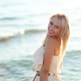 Muchacha hermosa que recorre abajo de la playa Fotos de archivo libres de regalías