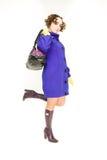 Muchacha hermosa que se coloca con el bolso Foto de archivo libre de regalías