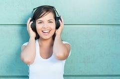 Muchacha hermosa que se divierte con los auriculares encendido Imagen de archivo libre de regalías