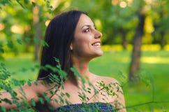 Muchacha hermosa que se divierte en naturaleza en día de primavera soleado Fotografía de archivo libre de regalías