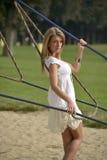 Muchacha hermosa que se inclina contra los cables Foto de archivo